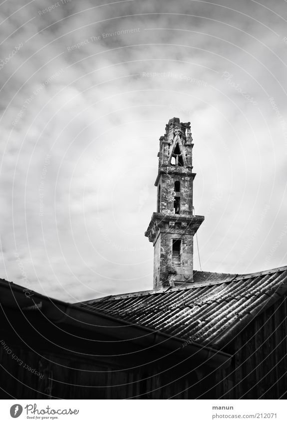 kopflos Ferien & Urlaub & Reisen Tourismus Ausflug Sightseeing Städtereise Dorf Haus Kirche Turm Gebäude Kirchturm Kirchturmspitze Dach Sehenswürdigkeit