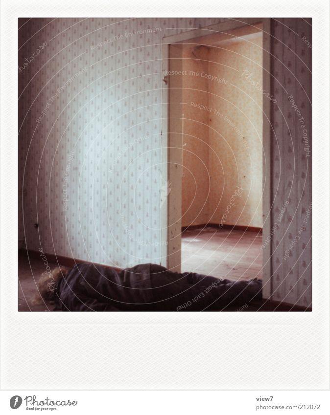 am Ende. Mensch Mann alt Einsamkeit Erwachsene Tod dunkel Traurigkeit Raum Wohnung dreckig Innenarchitektur maskulin liegen leer trist
