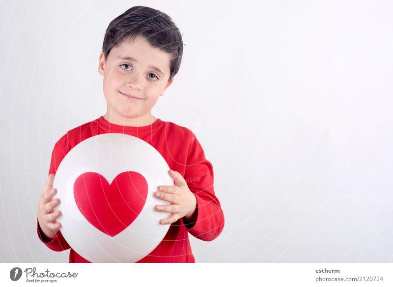 Lächelndes Kind mit einem Herzen Mensch Freude Lifestyle Liebe Gefühle Gesundheit Junge Gesundheitswesen Feste & Feiern Zusammensein maskulin Kindheit