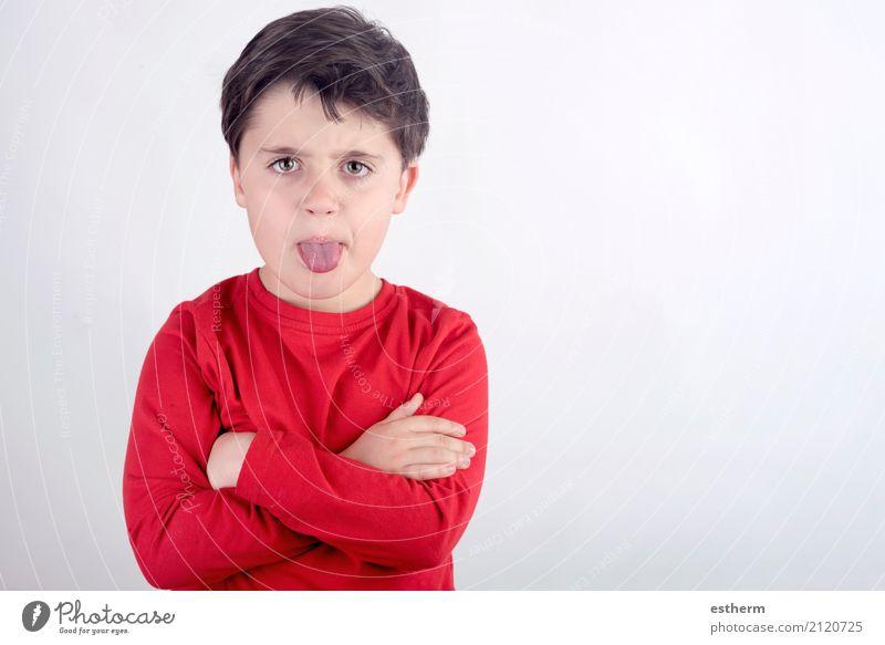 Unhöflicher Junge, der seine Zunge ausstreckt Mensch maskulin Kind Kleinkind 1 3-8 Jahre Kindheit Aggression Wut Schmerz Enttäuschung Einsamkeit Scham Ekel