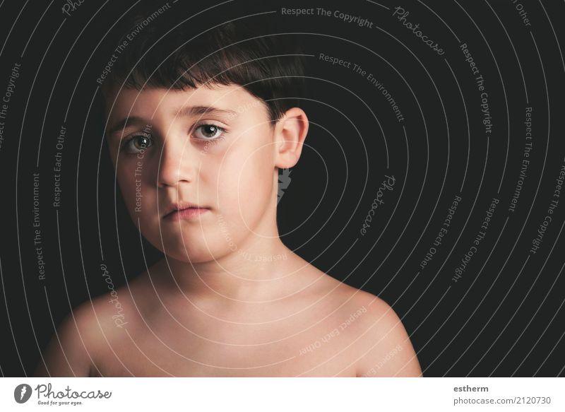 Trauriger Junge auf schwarzem Hintergrund Lifestyle Mensch maskulin Kind Kleinkind Kindheit 1 3-8 Jahre Traurigkeit rebellisch Wut Gefühle Sorge Trauer Schmerz