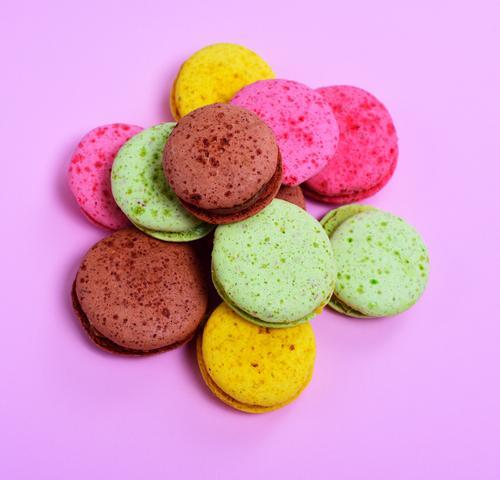 bunte Macarons Dessert Süßwaren Gastronomie hell lecker braun gelb grün rosa Tradition farbenfroh Hintergrund süß Kuchen Backwaren Kekse Zucker Mandel