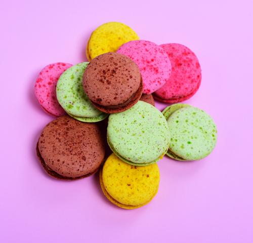 bunte Macarons grün gelb braun rosa hell lecker Gastronomie Süßwaren Tradition Dessert Backwaren Zucker Haufen Mandel