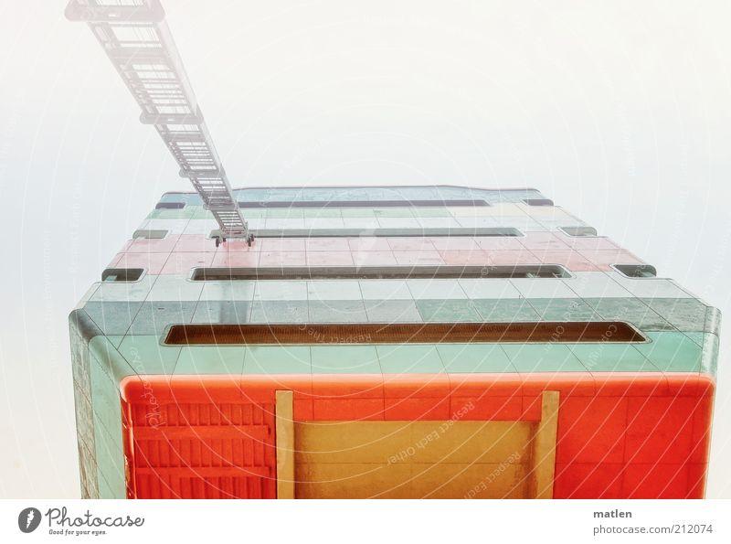 Wolkenkuckucksheim Menschenleer Hochhaus Turm Fassade Wahrzeichen Beton Metall Stahl eckig rot weiß Leiter Schweben mehrfarbig Außenaufnahme Textfreiraum oben