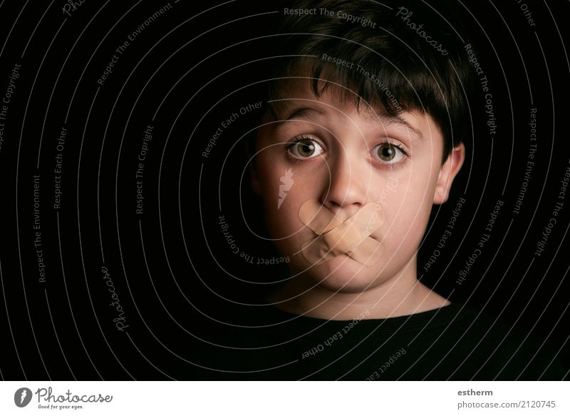Trauriges Kind mit Sealed Mouth Mensch Traurigkeit Junge Angst Kindheit trist gefährlich Hinweisschild Fitness Zeichen Wut Stress Kleinkind Gewalt Verzweiflung