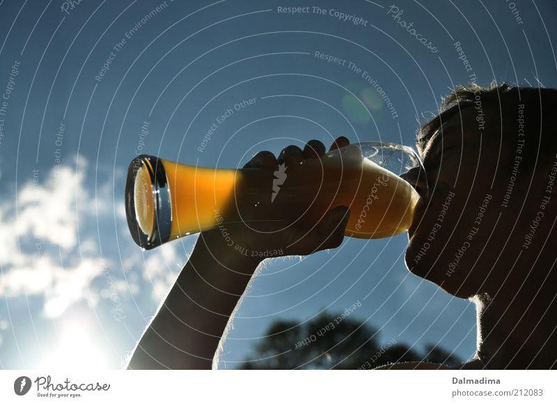 für Genießer Mensch Mann Jugendliche Sommer Kopf Erwachsene Glas maskulin Getränk trinken Bier genießen Alkohol Blauer Himmel Alkoholsucht Profil