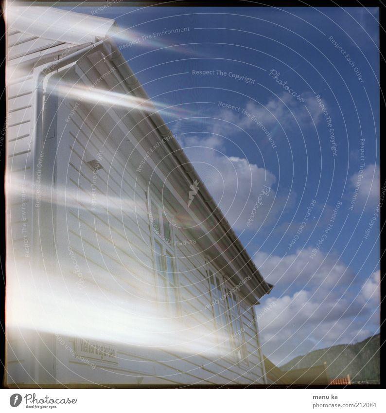 heimat Himmel Natur blau weiß Einsamkeit Wolken Wand Leben Zeit Fassade frei modern Vergänglichkeit Wandel & Veränderung geheimnisvoll Hütte
