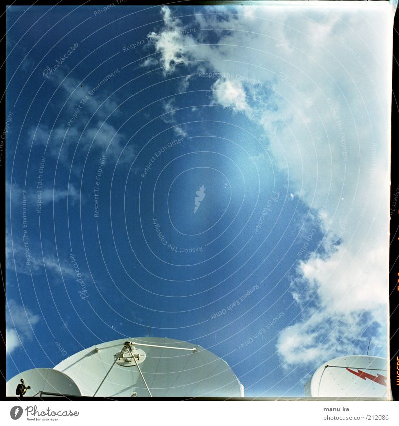 all_ein_sam Maschine Wissenschaften Fortschritt Zukunft Telekommunikation Informationstechnologie Internet Himmel Wolken Menschenleer modern blau Einsamkeit