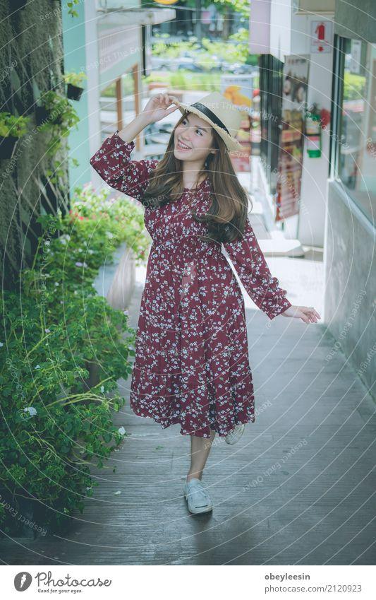 schöne junge asiatische Mädchen haben eine glückliche Zeit allein Lifestyle Freude Leben harmonisch Erholung Meditation Freizeit & Hobby
