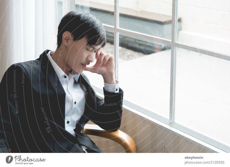 Ein gestresster Geschäftsmann hält seinen Kopf kaufen Erfolg Wirtschaft Kapitalwirtschaft Business Junge Mann Erwachsene Anzug verkaufen Armut Stress Zulage