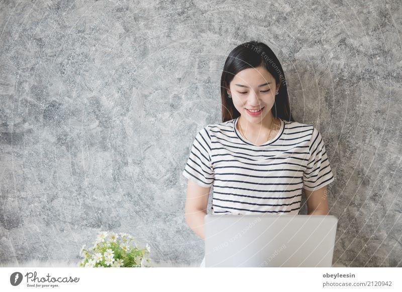 Junges asiatisches Frauenunternehmerarbeiten Kaffee Design Winter Schreibtisch Arbeit & Erwerbstätigkeit Büro Business Telefon PDA Computer Notebook Fotokamera