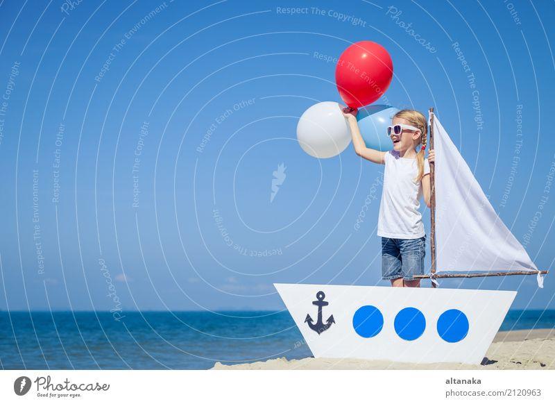 kleines Mädchen mit Ballons, die am Strand zur Tageszeit stehen. Lifestyle Freude Glück Erholung Freizeit & Hobby Spielen Ferien & Urlaub & Reisen Ausflug