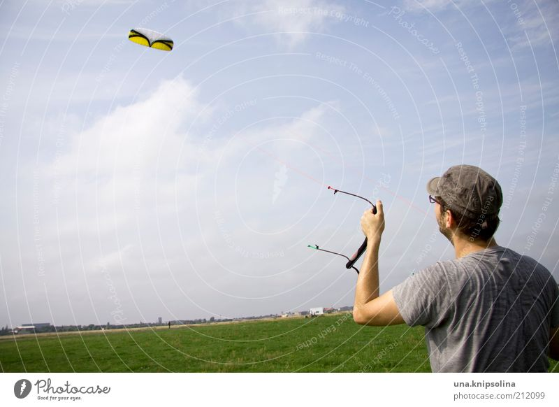 wind Mensch Himmel Mann Jugendliche Landschaft Erwachsene Junger Mann Wiese Sport Spielen 18-30 Jahre fliegen maskulin Wind Freizeit & Hobby T-Shirt