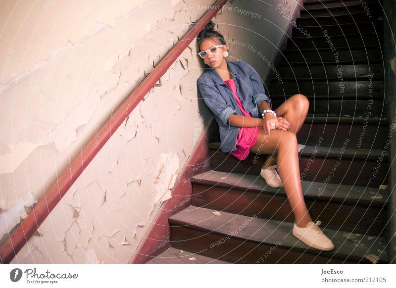 #212105 Lifestyle Stil schön Häusliches Leben Wohnung Mensch Frau Erwachsene Ruine Gebäude Mauer Wand Treppe Mode Hemd Schmuck Ohrringe Sonnenbrille Schuhe