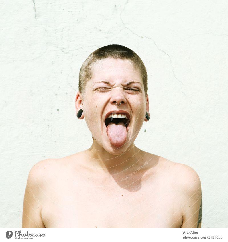 Junge Frau mit kurzen Haaren streckt die Zunge raus Lifestyle Stil schön Jugendliche Gesicht 18-30 Jahre Erwachsene Jugendkultur Subkultur Mauer Wand Schmuck
