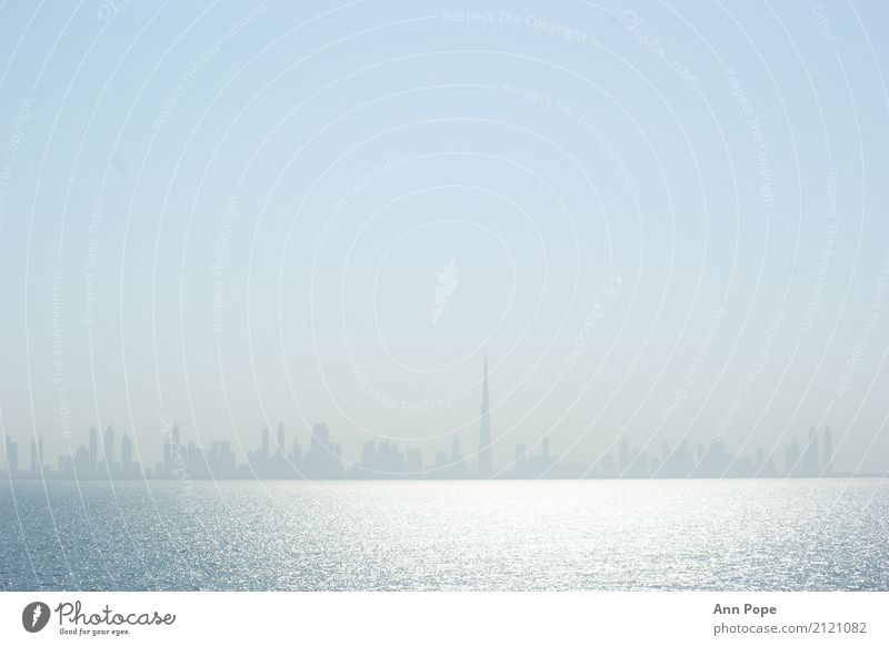 Dubai Skyline Wasser Himmel Wolkenloser Himmel Sonnenlicht Küste Meer Persischer Golf Hafenstadt Menschenleer ästhetisch authentisch außergewöhnlich hell
