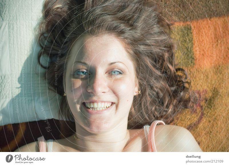 our time won't live that long Mensch Jugendliche Gesicht feminin Glück lachen Haare & Frisuren Zufriedenheit Haut Erwachsene liegen brünett Lächeln Frau Decke