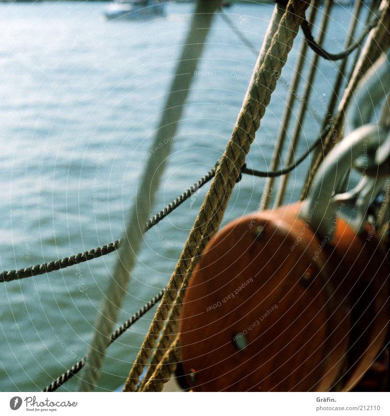 Auf Matrosen... Wasser blau Holz braun Abenteuer Seil Tourismus Hafen Mobilität Schifffahrt Tau Nostalgie Fernweh Tradition Elbe Wasseroberfläche