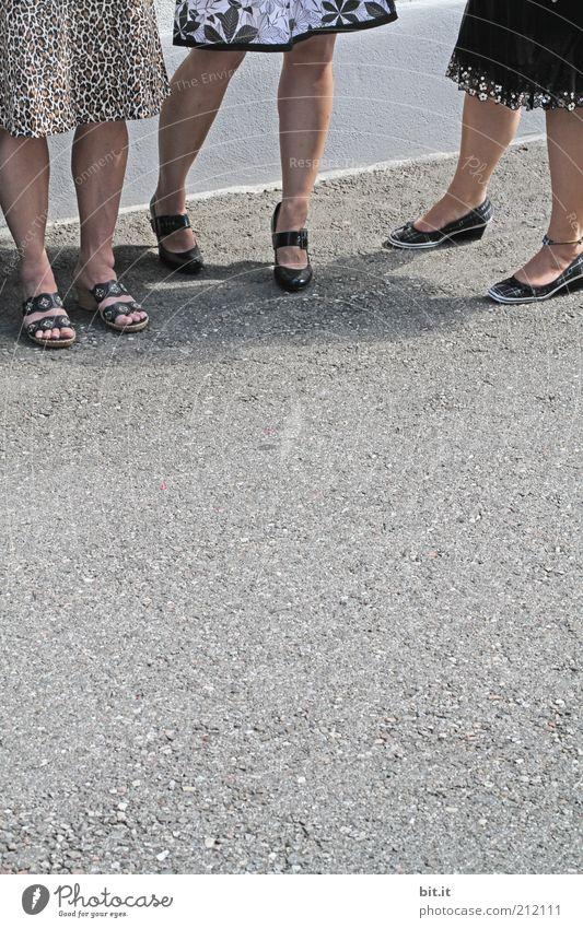 bisschen die Beine verdre(t)hen Mensch feminin Leben Fuß 3 Wege & Pfade Rock Schuhe grau Sandale stehen warten Zusammensein Gesellschaft (Soziologie) Mode
