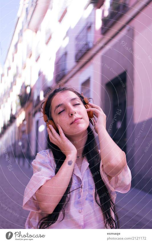 Mädchen hören Musik Lifestyle Freude Wellness Leben Diskjockey Junge Frau Jugendliche Kunst Rockabilly Musik hören Compact Disc Stadt Hauptstadt Tattoo