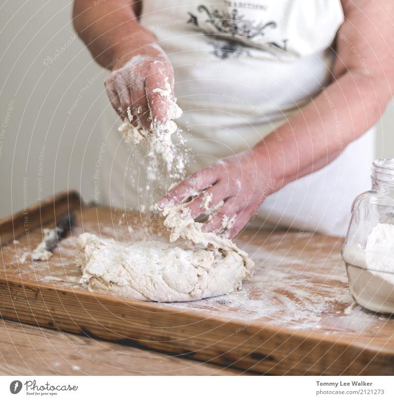 Älterer Frauenmischteig alt Hand Erwachsene Leben Lifestyle Holz frei retro frisch Kindheit Tisch Hilfsbereitschaft Küche Dorf Gelassenheit