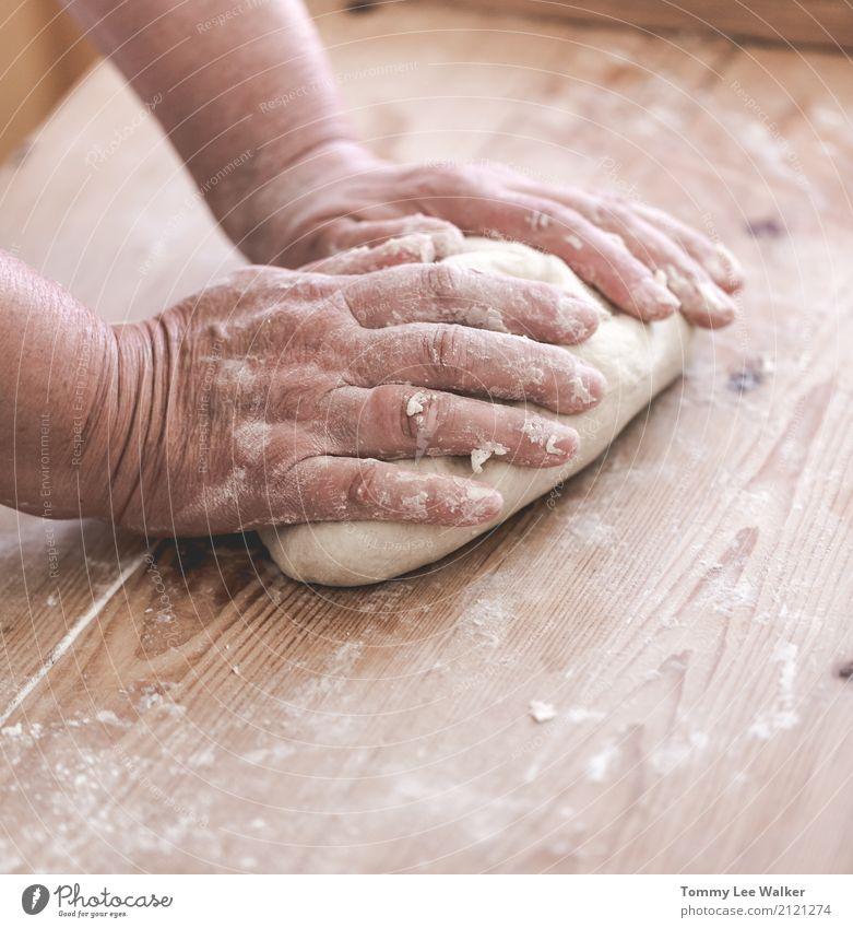 Ältere Frau macht Teig Teigwaren Backwaren Mittagessen Abendessen Lifestyle Leben Schreibtisch Tisch Küche Handwerk Erwachsene Großmutter Kindheit Dorf Holz alt