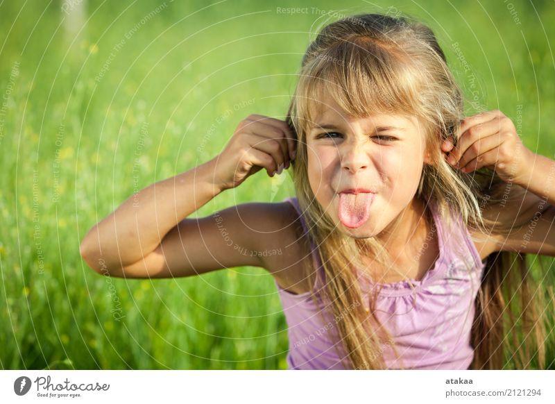 Ein glückliches kleines Mädchen, das im Park zur Tageszeit spielt. Mensch Kind Natur Ferien & Urlaub & Reisen Sommer schön grün Sonne Erholung Freude Gesicht