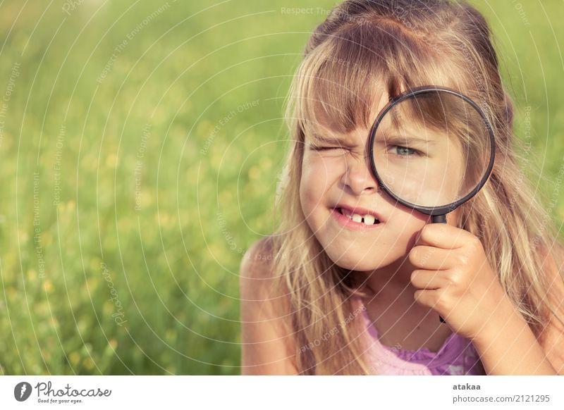 Glückliche erforschende Natur des kleinen Mädchens mit Lupe Lifestyle Freude Freizeit & Hobby Spielen Sommer Garten Kind Schule Mensch Familie & Verwandtschaft