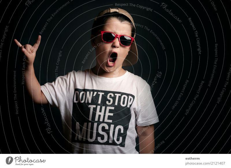 Junge zeigt Rock Seufzer Mensch Kind Freude Lifestyle Gefühle Party Feste & Feiern Freizeit & Hobby Zufriedenheit maskulin Kindheit Musik Lächeln Fröhlichkeit
