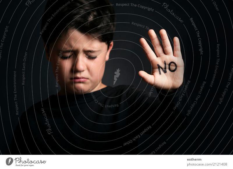 Missbrauchtes Kind, Kind mit dem Wort nicht in seiner Hand Mensch dunkel Traurigkeit Angst Kindheit gefährlich Finger Hinweisschild bedrohlich Zeichen Trauer
