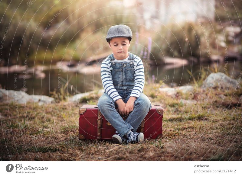 Trauriges Kind Ferien & Urlaub & Reisen Abenteuer Freiheit Mensch maskulin Kleinkind Junge Kindheit 1 3-8 Jahre Feld Wald See Koffer Mütze sitzen Traurigkeit