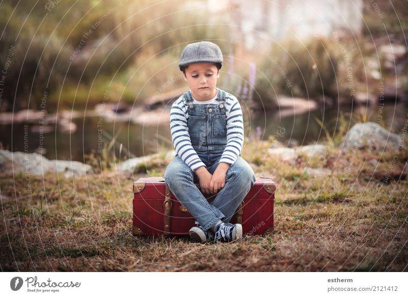 Trauriges Kind Mensch Ferien & Urlaub & Reisen Einsamkeit Wald Traurigkeit Gefühle Junge Freiheit See maskulin Feld Kindheit trist sitzen Abenteuer