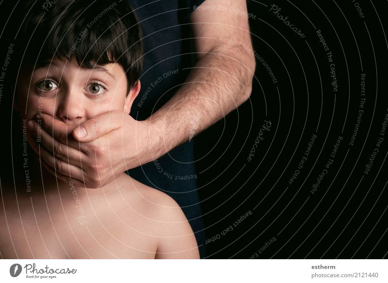 Missbrauchtes Kind. Mann, der stark seinen Sohn hält Mensch Kleinkind Junge Kindheit 1 3-8 Jahre Traurigkeit weinen Aggression bedrohlich hässlich Trauer Angst