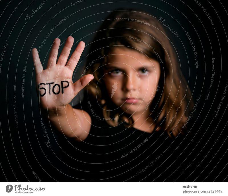Verärgertes Mädchen, welches die Hand signalisiert zeigt, um Gewalt zu stoppen Mensch Kind Traurigkeit feminin Angst Kindheit gefährlich Hinweisschild Zeichen