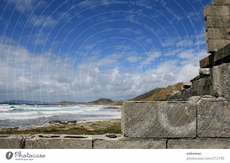 Rohbau am Meer Strand Wolken Haus Wand Küste Mauer Wellen authentisch neu Baustelle Hügel Schönes Wetter Spanien bauen Brandung Blauer Himmel
