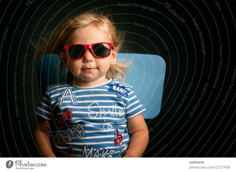 Lustiges Baby mit Sonnenbrille Mensch Ferien & Urlaub & Reisen Sommer Freude Mädchen Lifestyle Frühling lustig Gefühle feminin lachen Glück Freiheit Ausflug