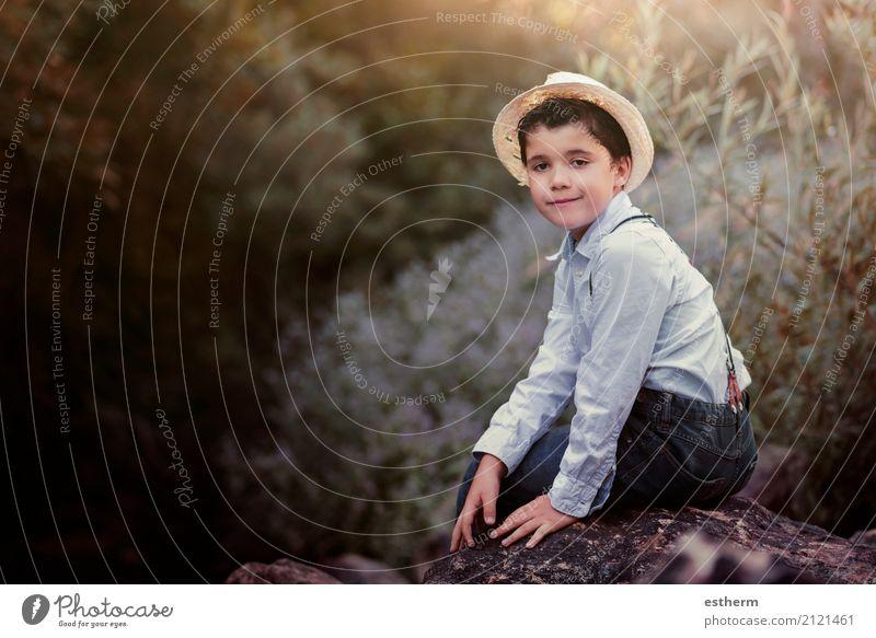Glückliches Kind auf dem Gebiet Mensch Natur Ferien & Urlaub & Reisen Freude Wald Lifestyle Gefühle Junge Freiheit Freizeit & Hobby Zufriedenheit maskulin