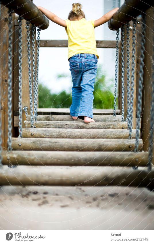 Abenteuer Hängebrücke Mensch blau Mädchen Freude gelb Spielen Beine Fuß Kindheit blond Rücken Arme Abenteuer Brücke Jeanshose festhalten