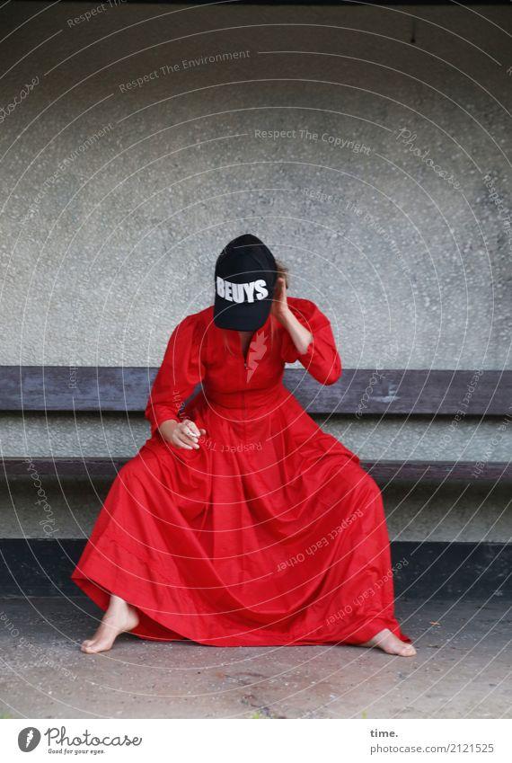 Kunstpause feminin Frau Erwachsene 1 Mensch Künstler Theaterschauspiel Schauspieler Mauer Wand Bank Kleid Barfuß Mütze Schriftzeichen festhalten Rauchen sitzen