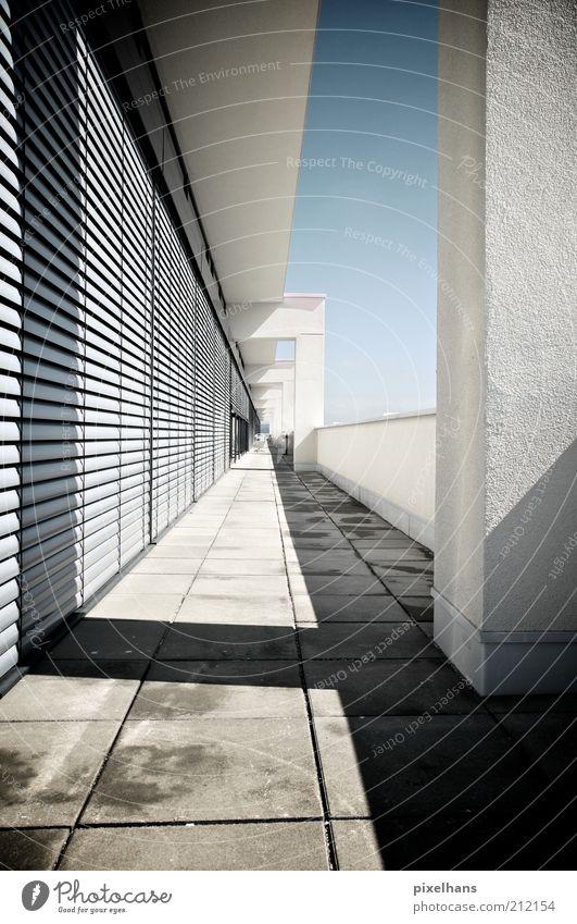 Balkonkind Deluxe Menschenleer Haus Bauwerk Penthouse Mauer Wand Fassade Terrasse Fenster Jalousie Stein Beton eckig einfach hell kalt modern neu blau grau weiß