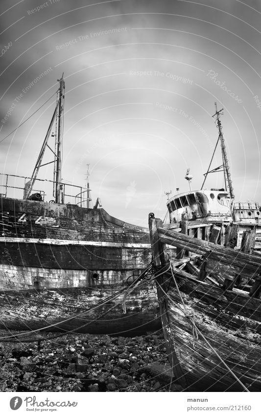 out of order alt kaputt Hafen Vergänglichkeit verfallen Verfall schäbig Schifffahrt Zerstörung Fischereiwirtschaft Bildausschnitt Fischerboot Schiffswrack
