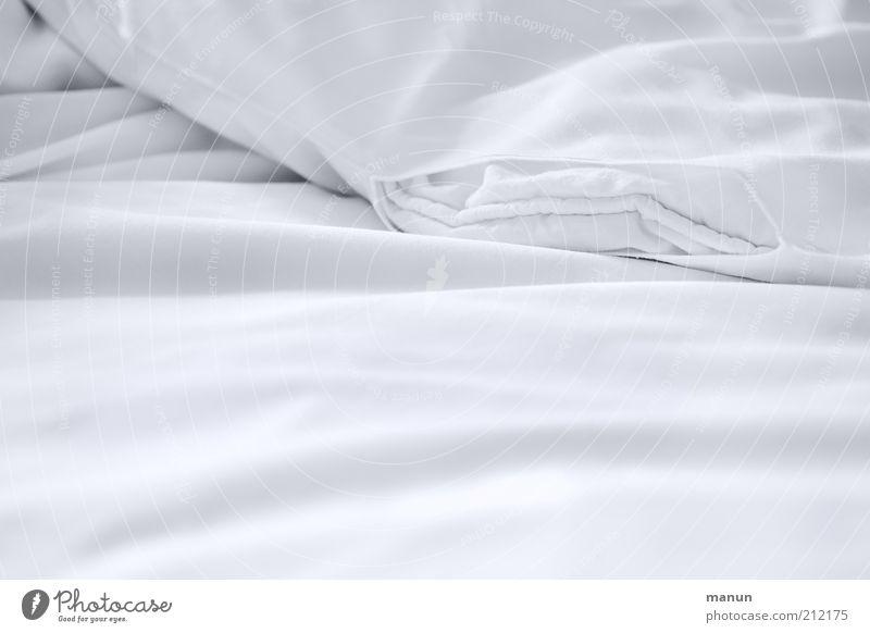 voulez-vous coucher ... I weiß ruhig Erholung hell Lifestyle frisch Bett weich Sauberkeit rein Häusliches Leben Geborgenheit Schwarzweißfoto Kissen Textilien