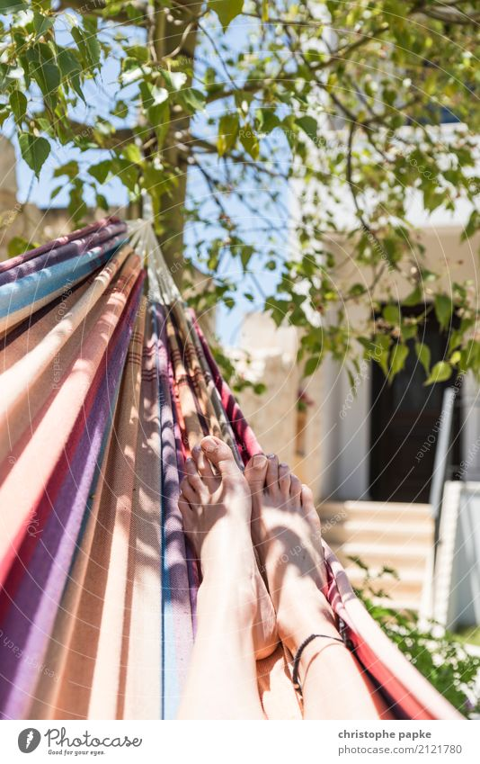 Die Seele baumeln lassen Mensch Frau Ferien & Urlaub & Reisen Jugendliche Junge Frau Sommer Baum Erholung ruhig Erwachsene Leben Lifestyle feminin Fuß Tourismus