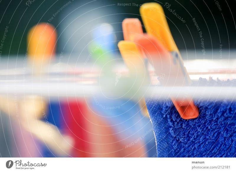 das bisschen Haushalt... Häusliches Leben Wäsche Wäscheleine Wäsche waschen Wäscheklammern Wäscheständer Sauberkeit Reinlichkeit Farbfoto Tag Sonnenlicht