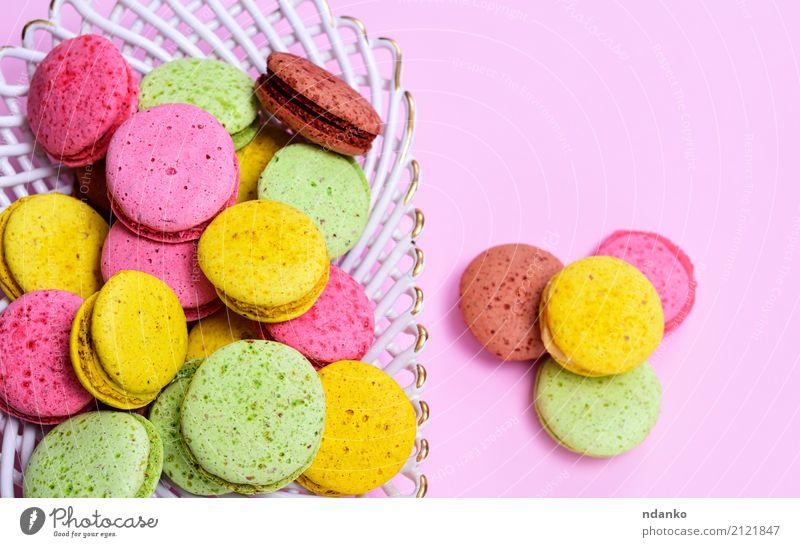 Macarons mehrfarbig Dessert Süßwaren Teller Gastronomie Essen hell lecker braun gelb grün rosa Tradition farbenfroh Hintergrund süß Kuchen Backwaren Kekse