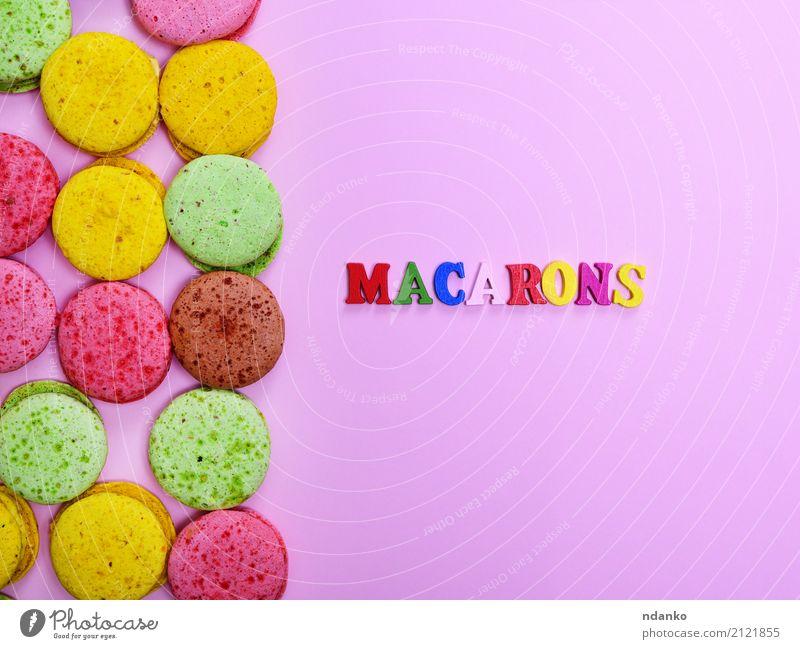Farbige Mandelkekse Dessert Süßwaren Gastronomie Holz Essen hell lecker braun gelb grün rosa Tradition farbenfroh Hintergrund Macaron süß Kuchen Backwaren