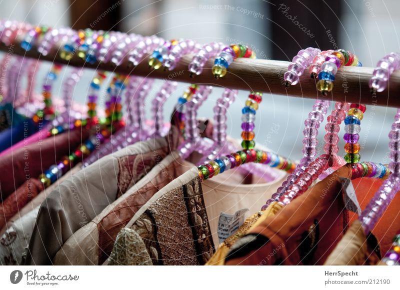 Mädchenbügel Mode Bekleidung Kleiderbügel Kunststoffperle mehrfarbig Kleiderständer Farbfoto Außenaufnahme Nahaufnahme Textfreiraum oben Schwache Tiefenschärfe