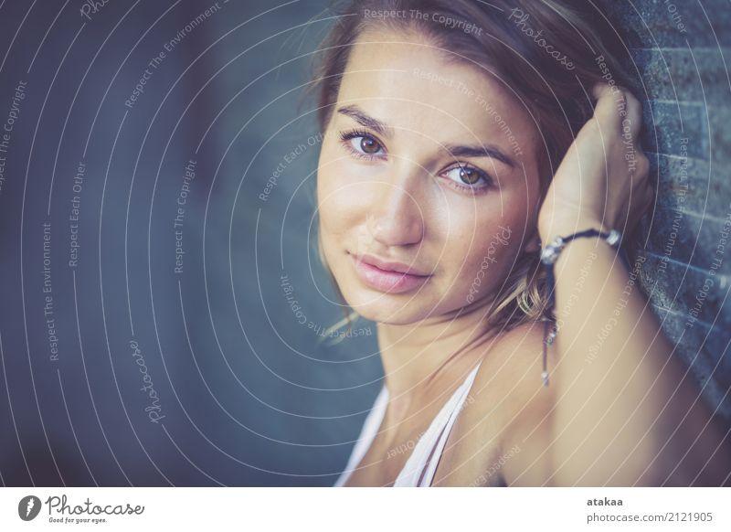 Portrait eines schönen blonden Mädchens Lifestyle elegant Stil Freude Glück Haare & Frisuren Gesicht Schminke Erholung Sommer Mensch Frau Erwachsene Natur Mode