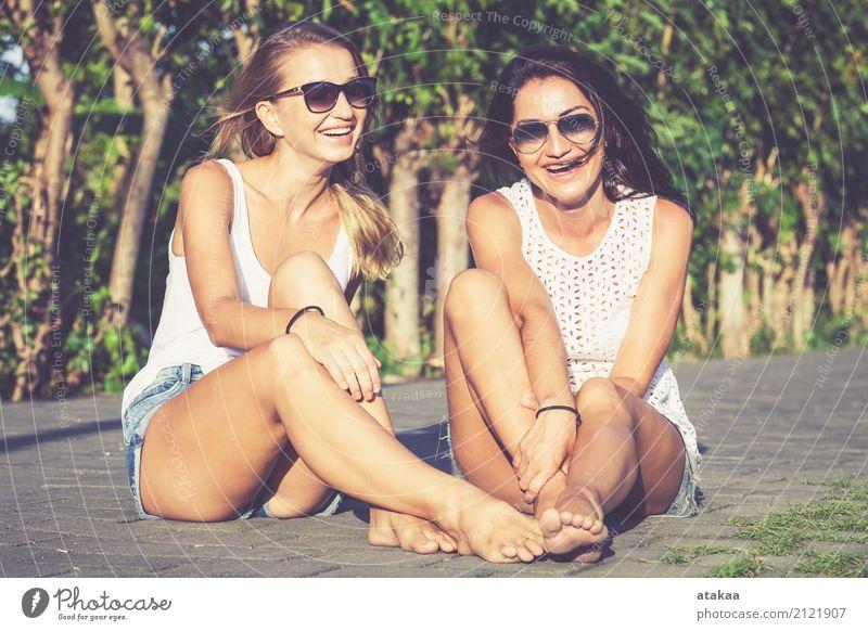 Recht schöne Freundinnen in der Sonnenbrille, die Spaß hat. Mensch Frau Ferien & Urlaub & Reisen Sommer weiß Freude Gesicht Erwachsene Straße Lifestyle lustig