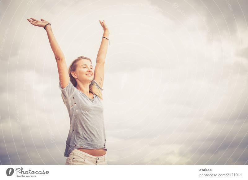 Portrait eines schönen blonden Mädchens Mensch Frau Natur Ferien & Urlaub & Reisen Sommer Sonne Erotik Meer Erholung Freude Strand Gesicht Erwachsene Lifestyle